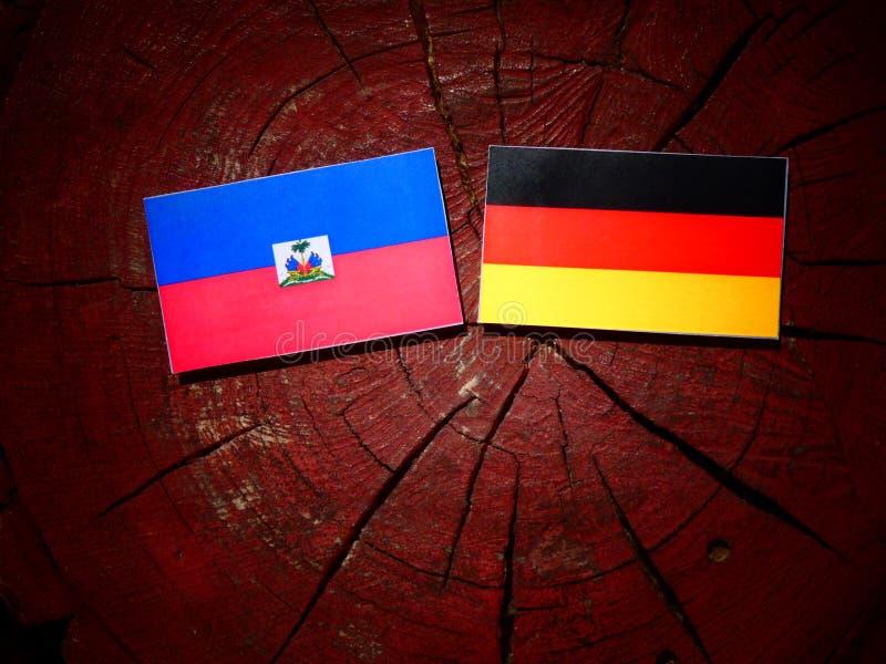 Haitańska flaga z niemiec flaga na drzewnym fiszorku odizolowywającym zdjęcie royalty free