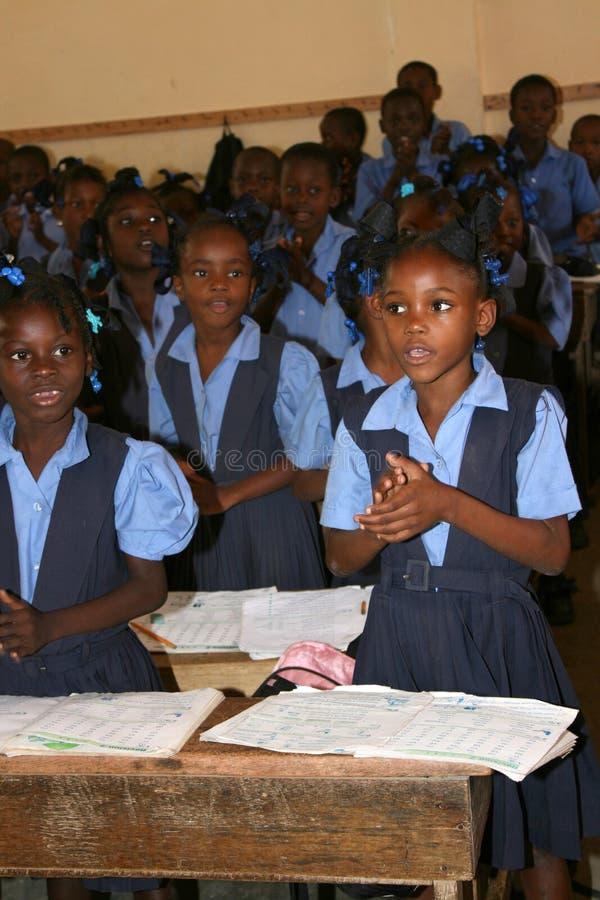 Haitianische Kinder, die Schule besuchen lizenzfreie stockfotos