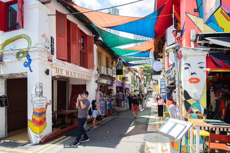 Haji Lane est dans le voisinage fascinant de Kampong de Singapour Les jeunes fréquentent les shophouses le long de cette ruelle p images stock