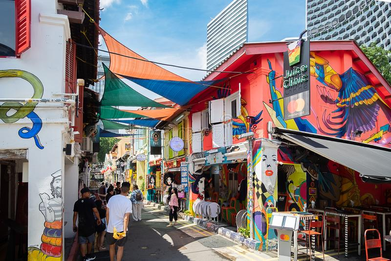 Haji Lane est dans le voisinage fascinant de Kampong de Singapour Les jeunes fréquentent les shophouses le long de cette ruelle p photographie stock