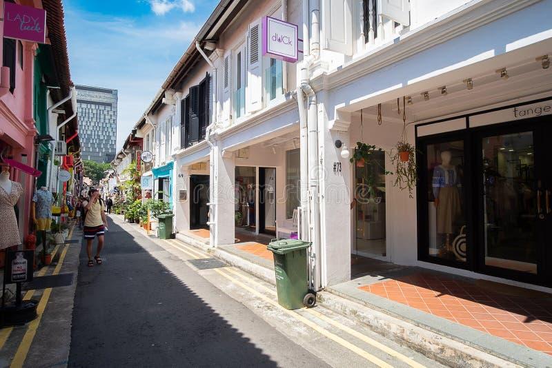 Haji Lane est dans le voisinage fascinant de Kampong de Singapour Les jeunes fréquentent les shophouses le long de cette ruelle p photo stock