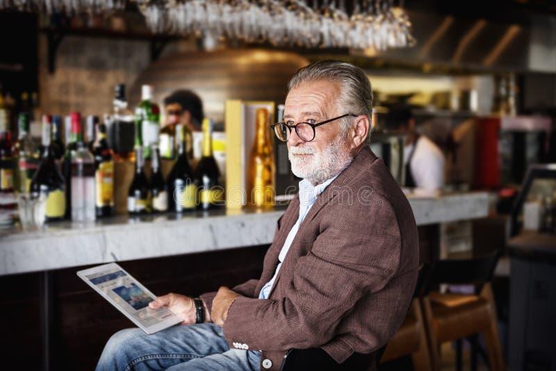 Hak för hög man som dricker alkoholnattklubbbegrepp arkivbild