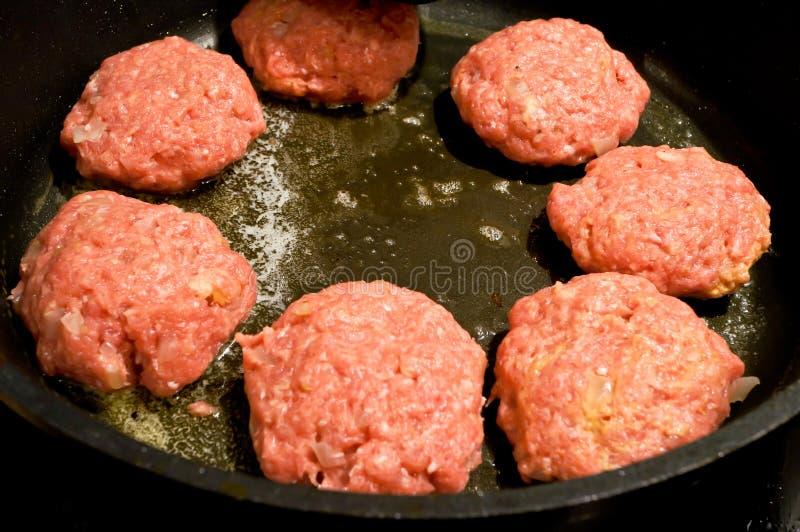 Hak vleesballen in pan fijn stock foto's