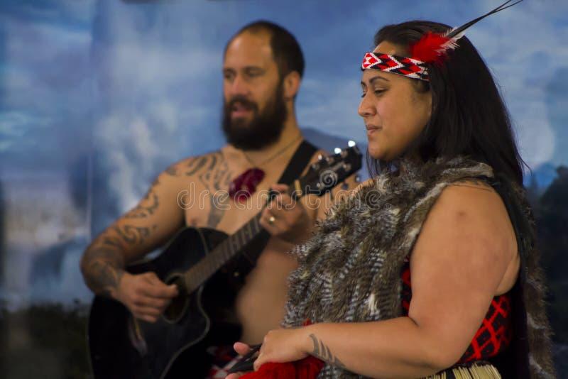 Haka de ejecución maorí de la danza tradicional imagenes de archivo