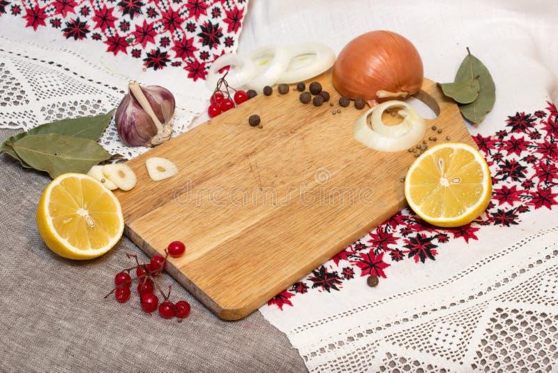 Hakbord en groenten in het zuuringrediënten royalty-vrije stock foto's