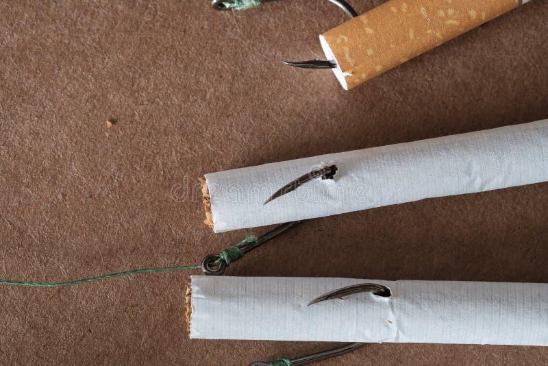 Haken en sigaretten indien gerookt vastgehaakt als een vis royalty-vrije stock afbeeldingen