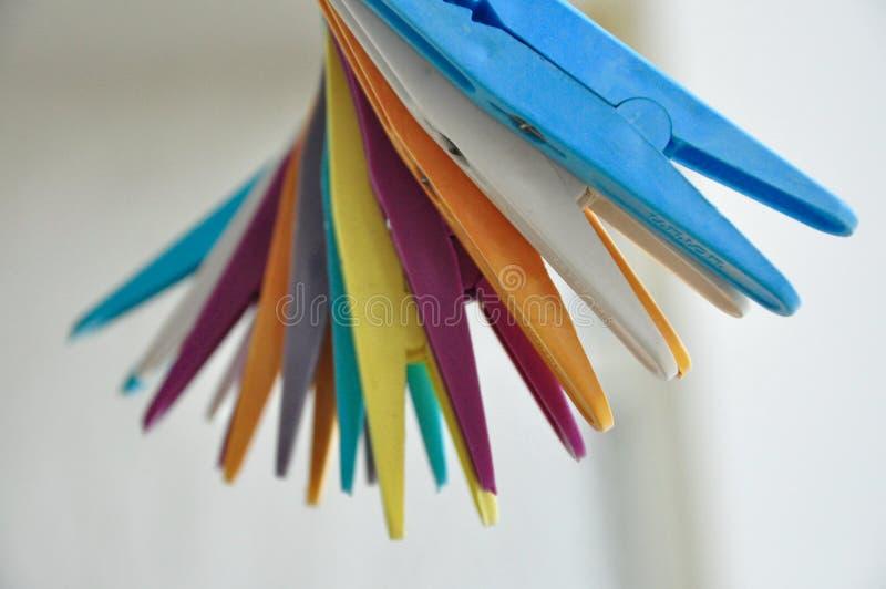 haken voor het hangen van goederen in regenboogkleuren royalty-vrije stock afbeelding