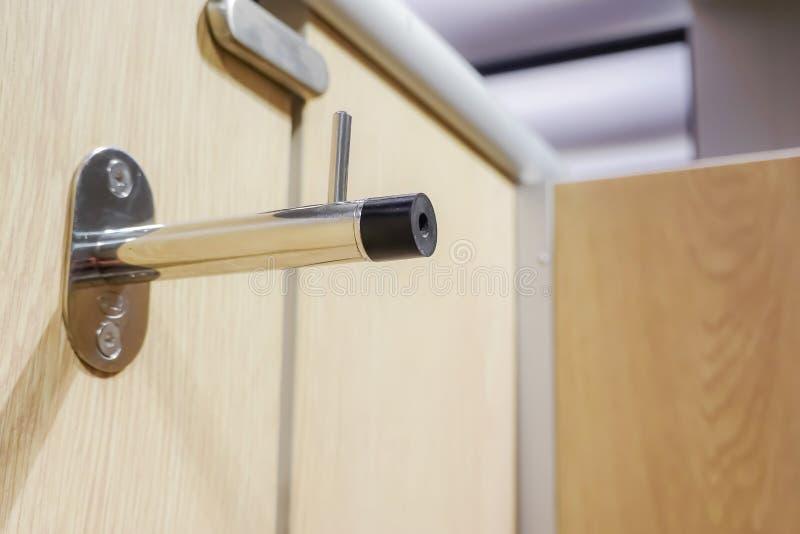 Hakengarderobenständer auf der Wand für hängenden Stoff, Jacke oder Baumwollstoff in der Toilette stockfotografie