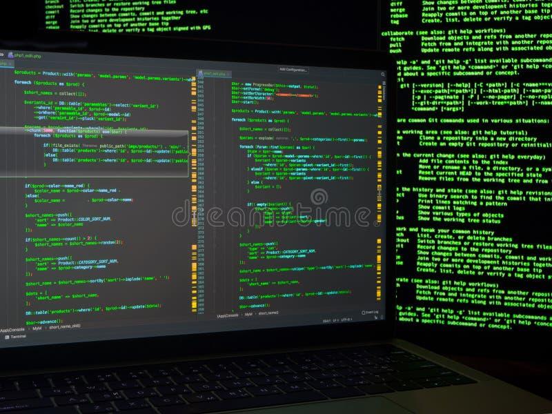 Haker que procura backdoors e que explora a vulnerabilidade para roubar a identidade Crime do Cyber fotos de stock