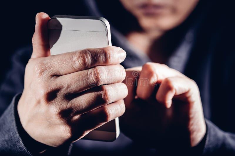 Hakker die de met een kap van de cybermisdaad mobiele telefoon Internet met behulp van die binnen binnendringen in een beveiligd  royalty-vrije stock afbeelding