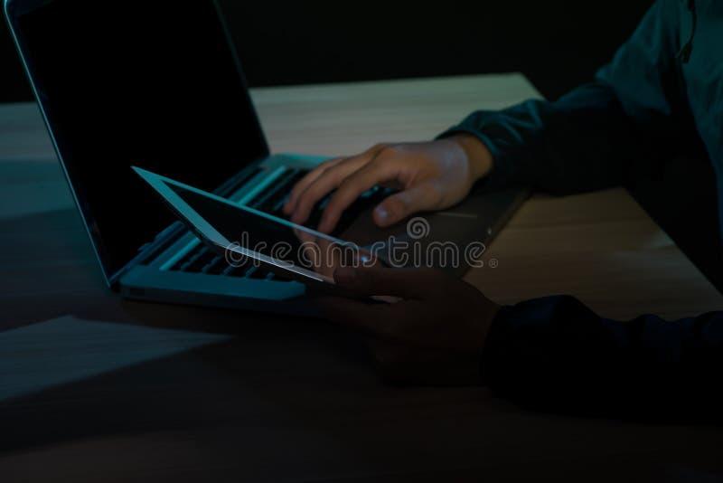 Hakker die een smartphone gebruiken Zeer donker nachtelijk milieu royalty-vrije stock afbeelding