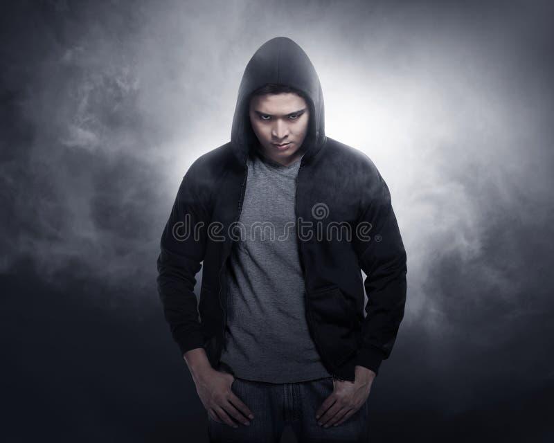 Hakker die hoodie overhemd dragen stock fotografie