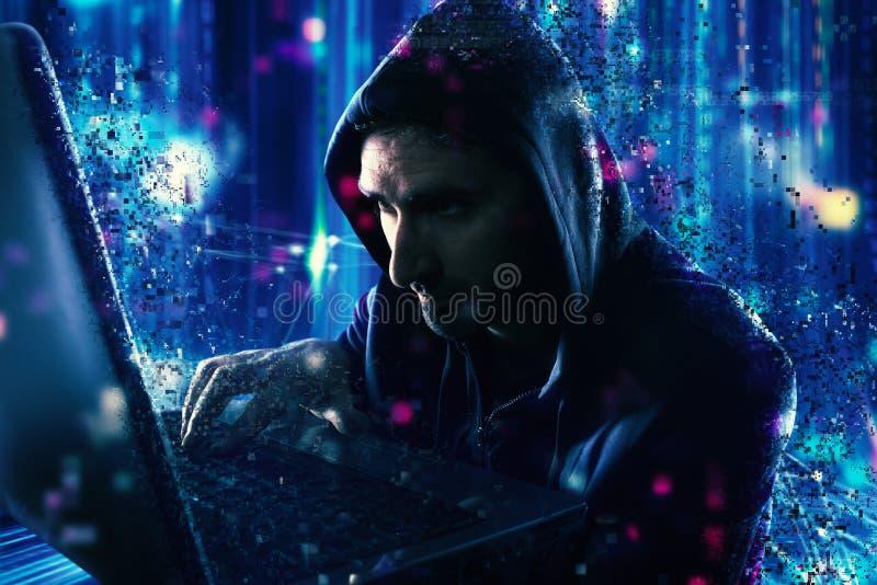 Hakker die persoonlijke informatie lezen Concept privacy en veiligheid stock afbeelding