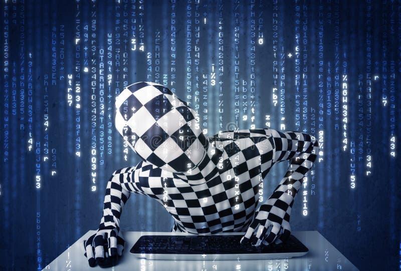 Hakker in lichaamsmasker het decoderen informatie van futuristisch netwerk royalty-vrije stock foto's