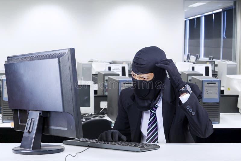 Hakker in pak die verward worden stock foto's