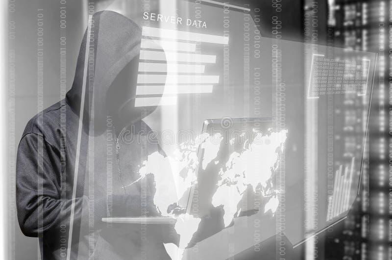 Hakker in zwarte laptop van de hoodieholding en virtuele het schermvertoning de de servergegevens, de binaire code, grafiek en we stock afbeeldingen