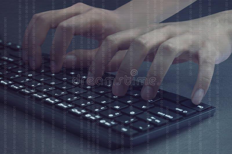Hakkerhanden die op computertoetsenbord typen stock afbeeldingen