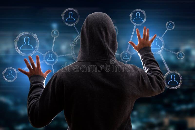 Hakkermens in de donkere gebruikende computer om gegevens en informati te binnendringen in een beveiligd computersysteem royalty-vrije stock afbeeldingen