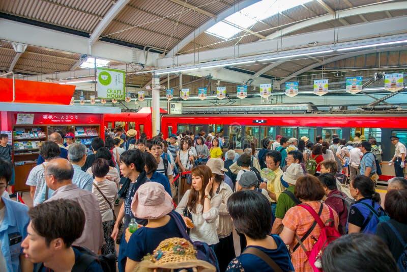 HAKONE, JAPAN - 2. JULI 2017: Nicht identifizierte Leute am Innenraum des Zugs während des regnerischen und bewölkten Tages lizenzfreie stockfotos
