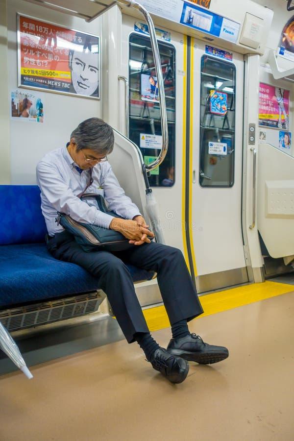 HAKONE, JAPAN - 2. JULI 2017: Nicht identifizierter Mann, der am Innenraum des Zugs während des regnerischen und bewölkten Tages  stockfoto