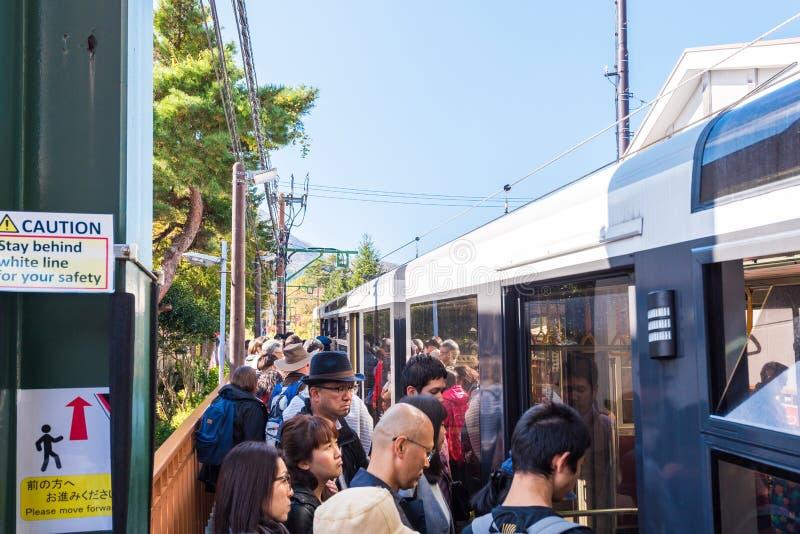 HAKONE, JAPAN - 5. NOVEMBER 2017: Leute am Bahnhof stockfoto