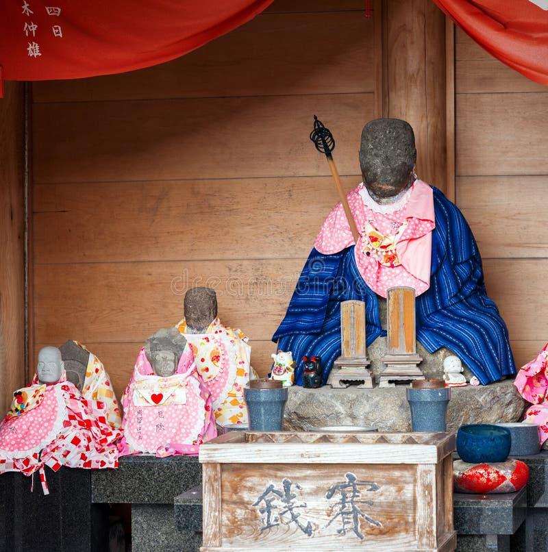 HAKONE, JAPAN - NOVEMBER 5, 2017: Steenbrij van een Japanse monnik Exemplaarruimte voor tekst stock afbeelding