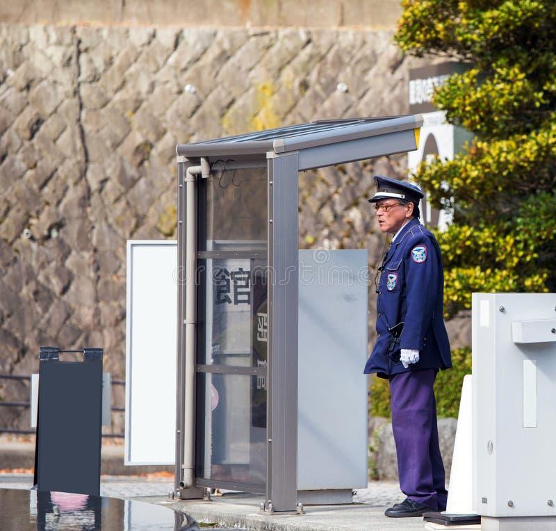 HAKONE, JAPON - 5 NOVEMBRE 2017 : Policier à l'arrêt d'autobus Vue pour le texte image stock