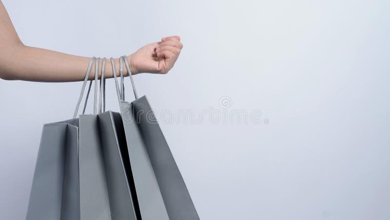 Haksäcksgrå färg håll på kvinnoarm och vit bakgrund royaltyfria foton