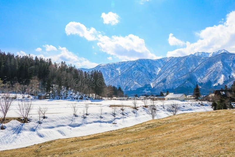 Hakuba-Gebirgszug und Hakuba-Dorfhäuser im Winter stockbilder