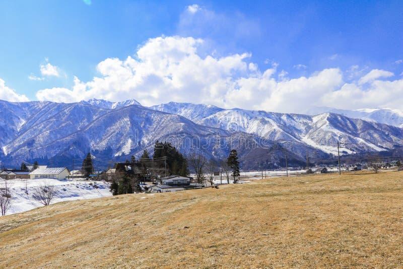 Hakuba-Gebirgszug und Hakuba-Dorfhäuser im Winter lizenzfreie stockfotografie