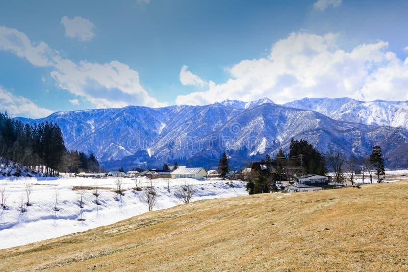 Hakuba-Gebirgszug und Hakuba-Dorfhäuser im Winter stockfoto