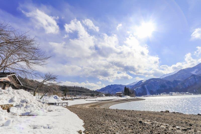 Hakuba-Gebirgszug und -see im Winter mit Schnee auf dem m stockfotografie