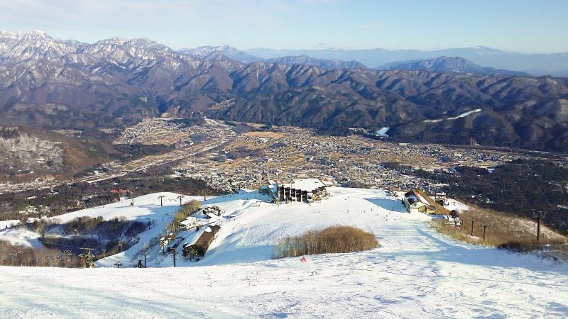 Hakuba-Stadt angeschmiegt zwischen den Gebirgszügen stockbild