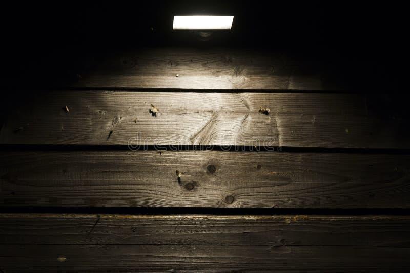Halógeno en la pared de madera fotografía de archivo