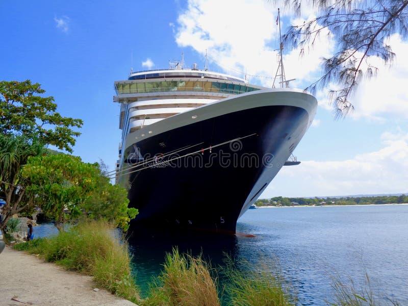 HAL Cruise Ship anslöt i South Pacific royaltyfri foto