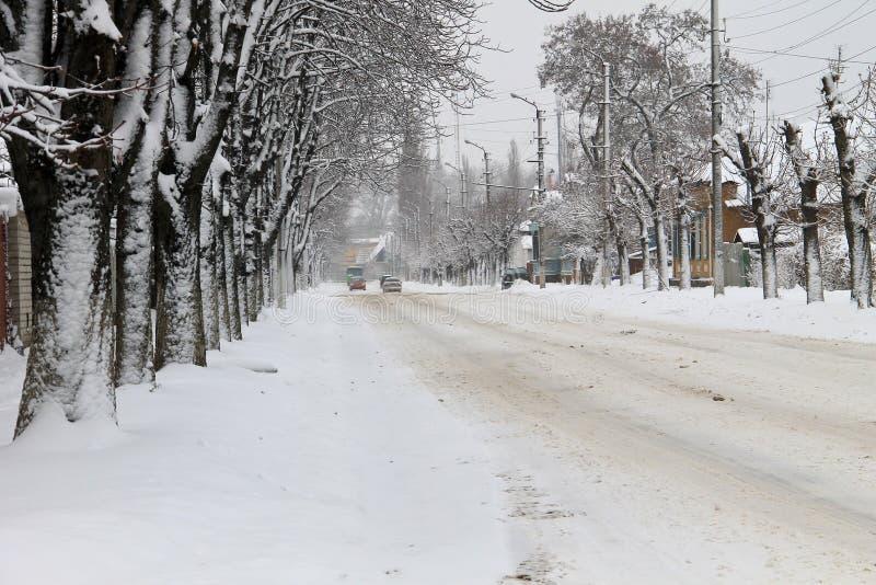Hal stads- väg efter snöfall arkivfoton