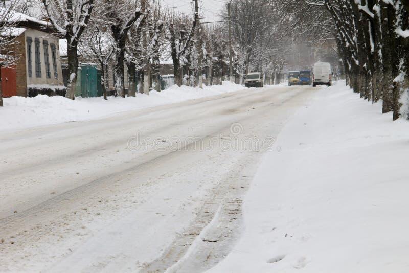 Hal stads- väg efter snöfall royaltyfria bilder