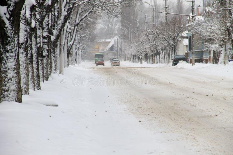 Hal stads- väg efter snöfall arkivfoto