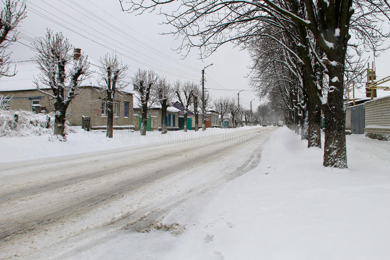 Hal stads- väg efter snöfall royaltyfri foto