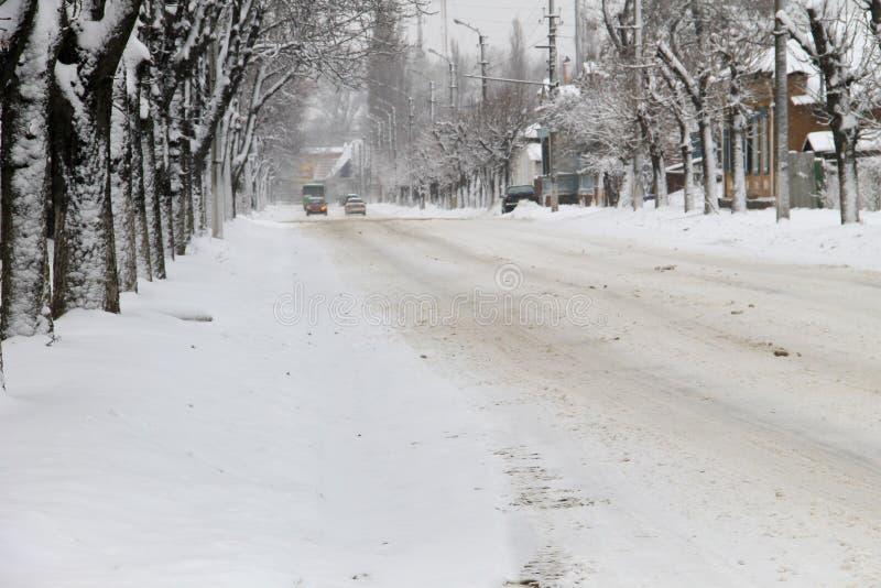 Hal stads- väg efter snöfall arkivbilder