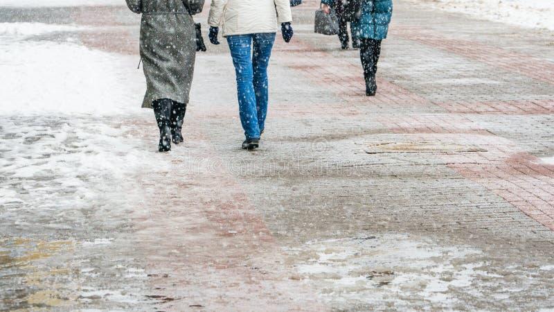 Hal trottoar för vinterstad arkivbild
