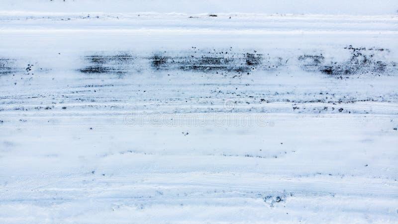 Hal väg i vintern Svårt trafikområde, hot av trafikolyckan Akut uppgift för kollektiv service royaltyfri bild