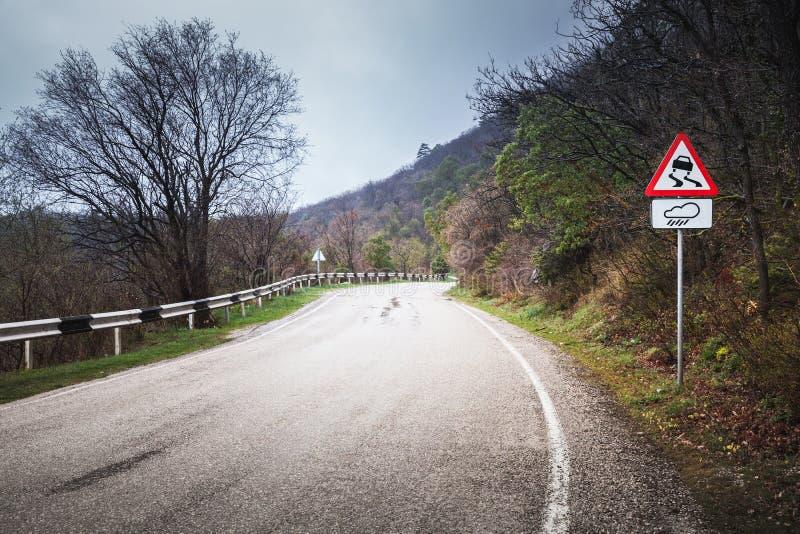 Hal väg, varningsvägmärke royaltyfri bild