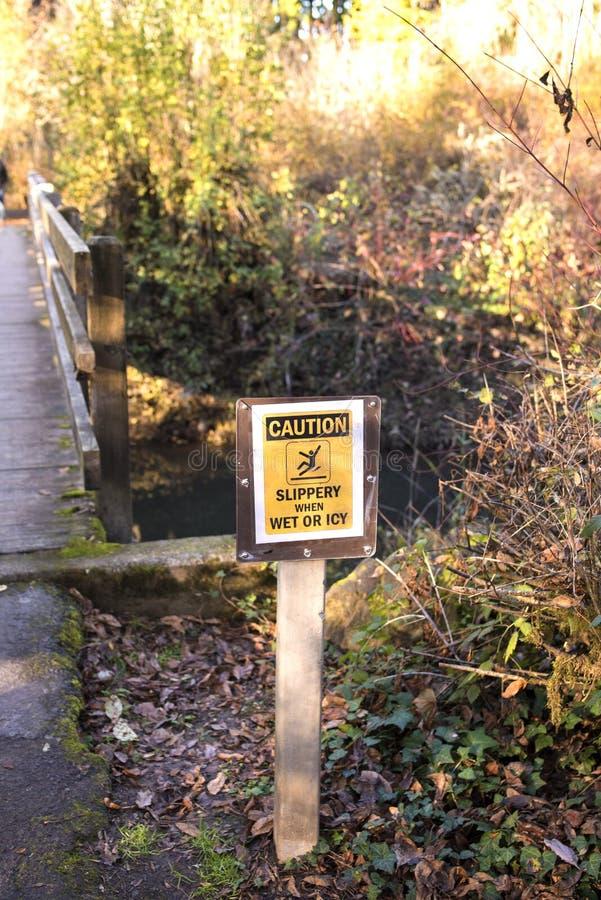 Hal varning, när De är vått eller iskallt tecken in all skogen arkivfoton