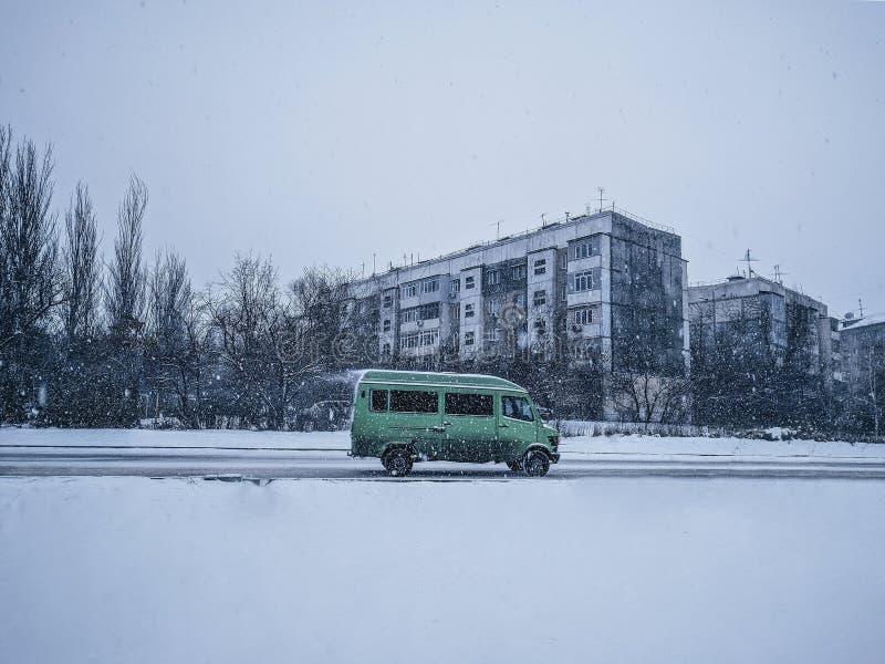hal vinter för bussväg arkivfoton