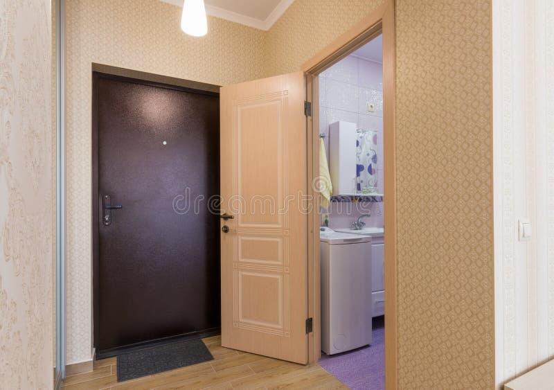 Hal, voordeur en open deur aan de badkamers royalty-vrije stock foto's