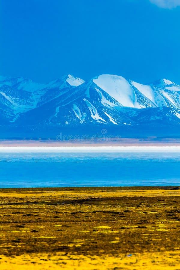 Hala Lake et la neige ont couvert la gamme de montagne de Qilian, Qinghai-Thibet Platea, Chine image libre de droits
