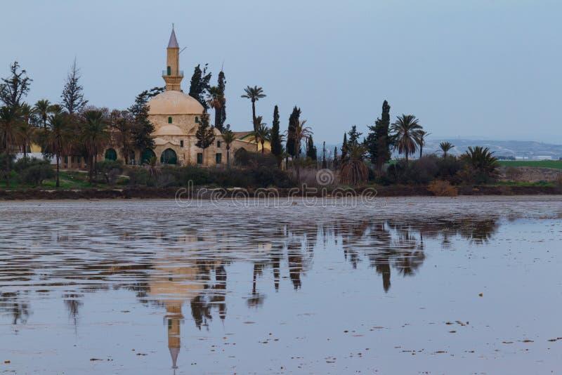 Hala Sultan Tekke och reflexion på Larnaca den salta sjön, Cypern royaltyfri fotografi