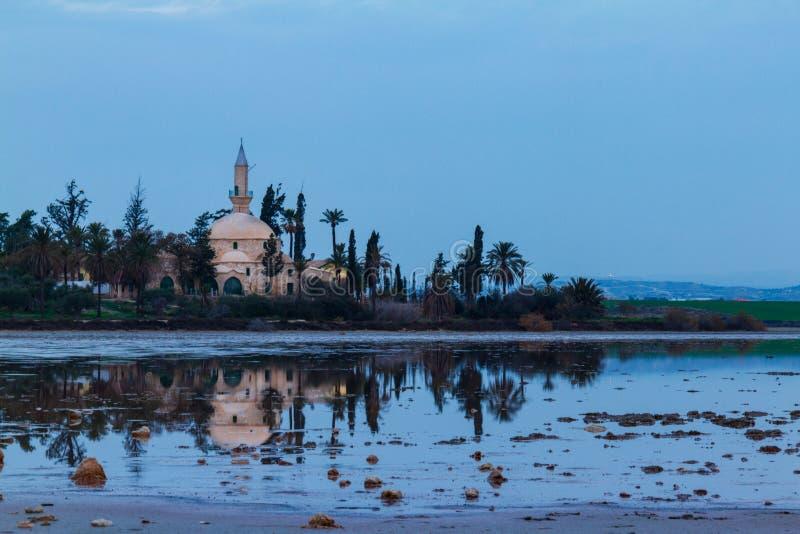 Hala Sultan Tekke och reflexion på Larnaca den salta sjön, Cypern royaltyfria foton