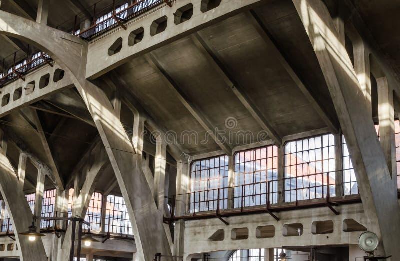 Hala Targowa o centro commerciale tradizionale a Wroclaw, Polonia Costruzione del metallo e del calcestruzzo di vecchio edificio immagini stock libere da diritti